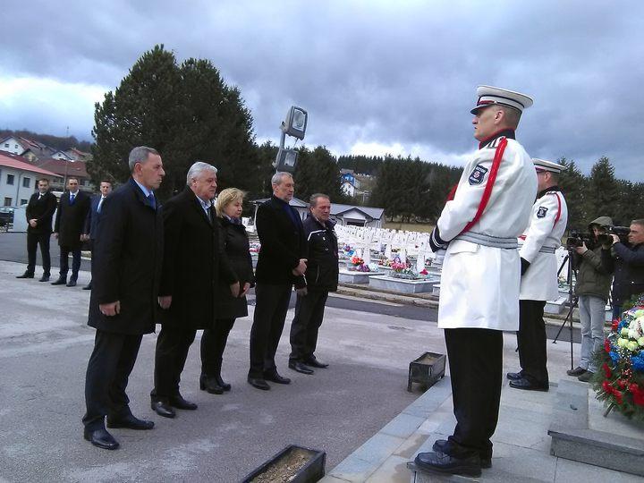 Delegacija Boračke organizacije Republike Srpske, položila vijence na centralni krst u Vojničkom spomen-groblju na Sokocu.