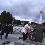Delegacija Narodne Skupštine Republike Srpske, položila vijence na centralni krst u Vojničkom spomen-groblju na Sokocu.