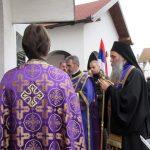 Njegovo preosveštenstvo episkop zvorničko-tuzlanski Fotije služio je u Sijekovcu parastos za 46 Srba koji su pobijeni 26. marta 1992. godine u tom selu na području opštine Brod.