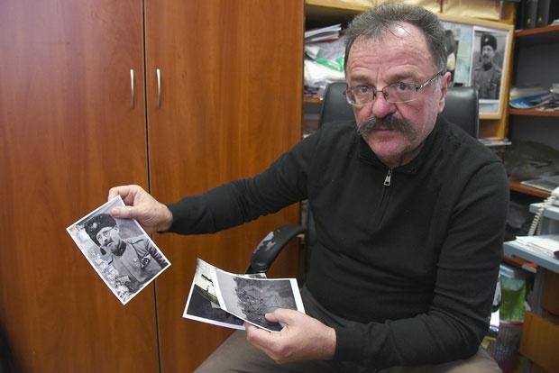 Slavoljub Zakić sa porodičnim fotografijama Mihaila Zakića / Foto Privatna arhiva