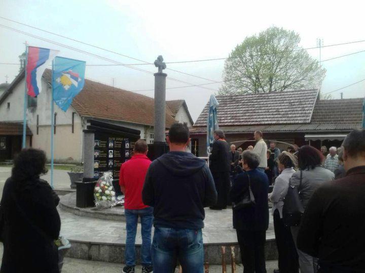 Kod spomen-obilježja u Batkuši kod Šamca služen je parastos i prislužene su svijeće za 18 boraca otadžbinskog rata, sedam civilnih žrtava i 45 poginulih u Drugom svjetskom ratu.
