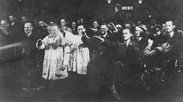 Katolički sveštenici i ustaše sa nacističkim pozdravom (Foto Arhiva Borbe)