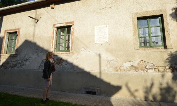 Kuća Teslinih rođaka u Pomazu na kojoj je spomen-tabla