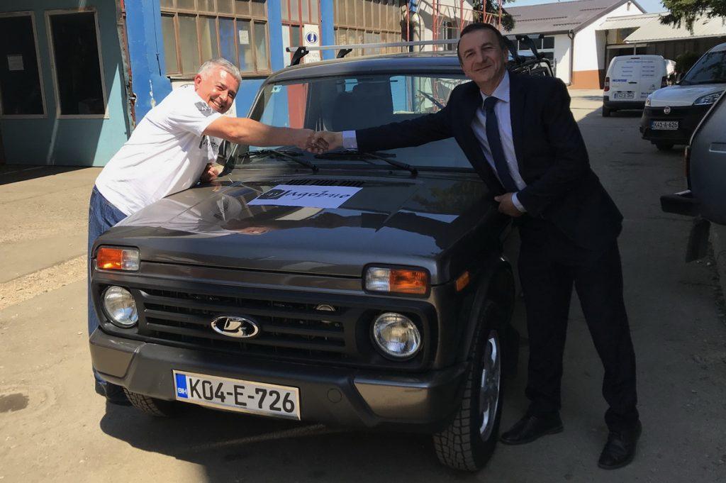 Primopredaja automobila Lada Urban 4x4. Gospodin Željko Ćejić, vlasnik LADA auto d.o.o. i Dušan Bastašić.