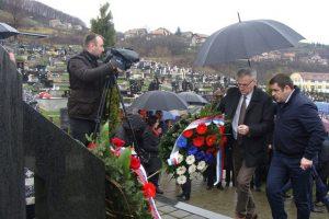 Ministar rada i boračko-invalidske zaštite Republike Srpske Milenko Savanović položio je danas vijenac na spomen-obilježje masovne grobnice na pravoslavnom groblju u Mrkonjić Gradu.