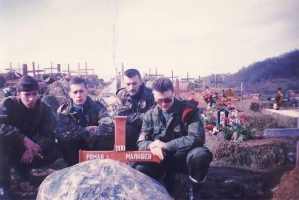 Руски војници изнад гроба Романа Малишева. Погинуо је 15.10.1994. године на Мошевачком брду код Сарајева.