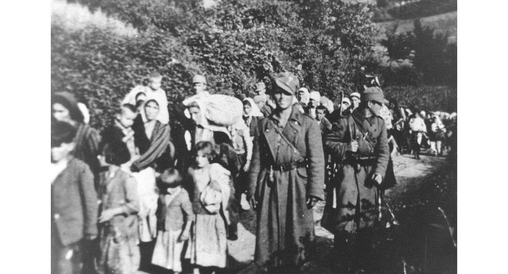 Ustaše sprovode žene i djecu sa Kozare © wikipedia/Muzej Istorije Jugoslavije