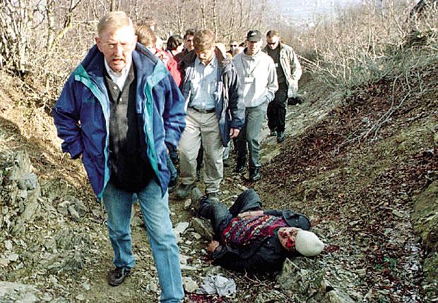 """Izveštaj Vilijama Vokera o navodnom ubistvu civila u Račku, bio je jedan od glavnih povoda za NATO agresiju na našu zemlju / Foto Arhiva """"Borbe"""""""