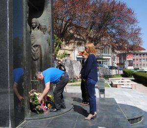 Polaganjem vijenaca na centralni spomenik za 1.080 poginulih boraca u odbrameno-otadžbinskom ratu, u Zvorniku je danas obilježen Dan oslobođenja grada - 9. april.
