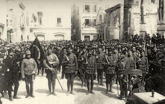 Postrojavanje Četnika na Peristilu u Splitu, 19. aprila 1925.; foto: www.ratnakronikasplita.com