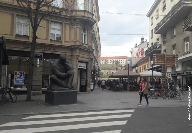 Pogled na Preradovićev/Cvetni trg u Zagrebu. U dubini između Teslinog spomenika i nedozvoljeno parkiranih bicikala, vidi se Crkva Svetog Preobraženja