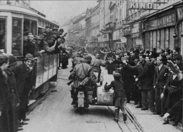 """Загрепчани поздрављају улазак немачких војника / Фото архив """"Борбе"""""""