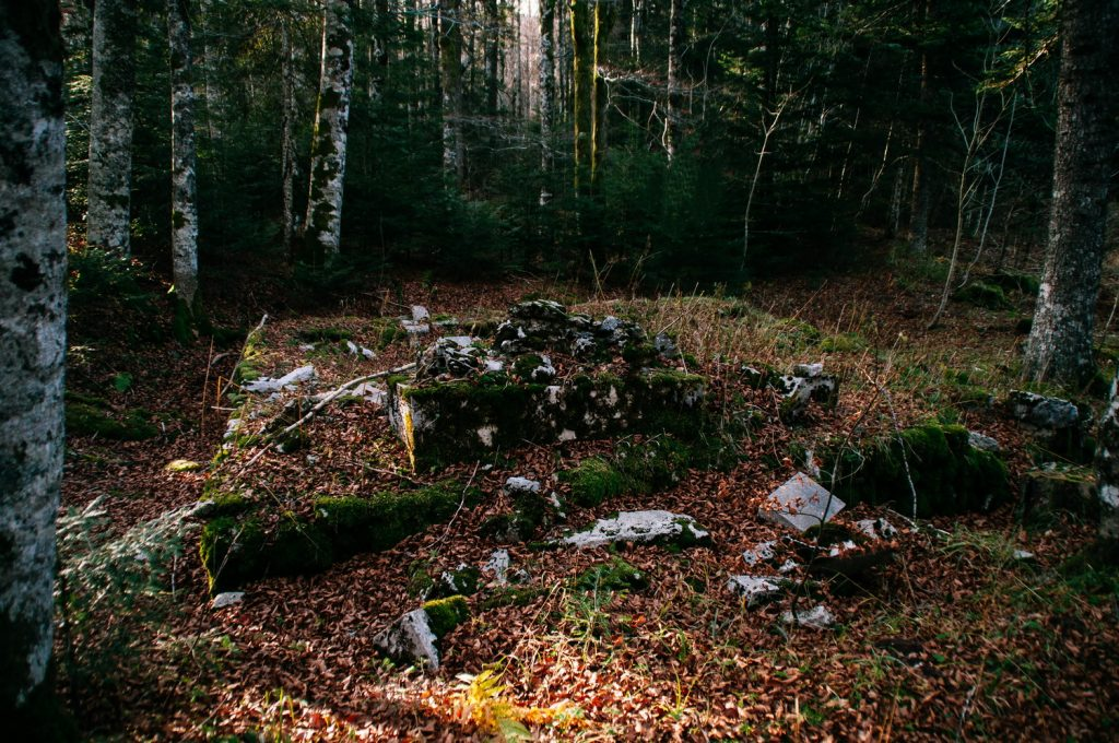 Srušeni spomenik podignut na jami nedaleko od mjesta logora Jadovno. FOTO:Nikola Zajc