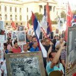 """U Beogradu je danas održana manifestacija """"Besmrtni puk"""" u okviru koje su građani prošli ulicama grada noseći portrete svojih predaka, učesnika u Prvom i Drugom svjetskom ratu, ratovima devedesetih godina prošlog vijeka, kao i učesnika u odbrani Srbije tokom NATO bombardovanja 1999. godine."""