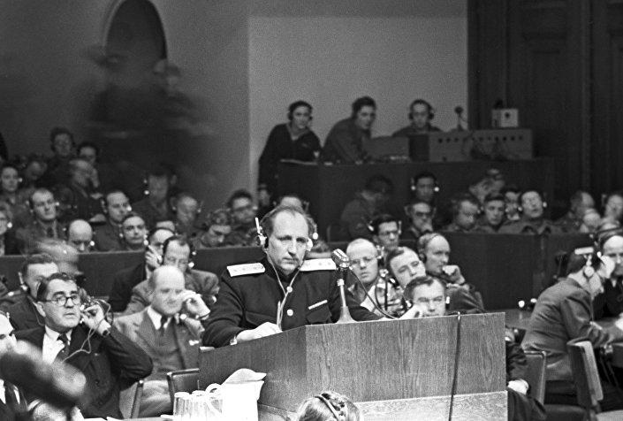 Glavni tužilac SSSR general-potpukovnik Roman Rudenko za vreme govora na međunarodnom sudskom procesu nad rukovodiocima fašističke nemačke u Nirnbergu.