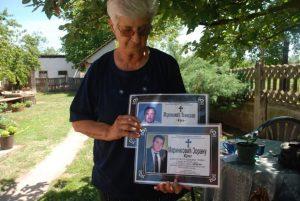 Миланка Маринковић са умрлицама сина и супруга