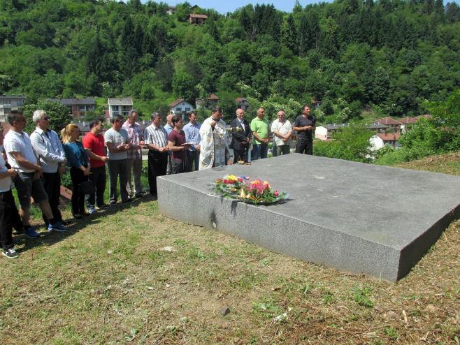 Nadgrobna ploča za žrtve ustaških zločina u Srebrenici Foto: SRNA