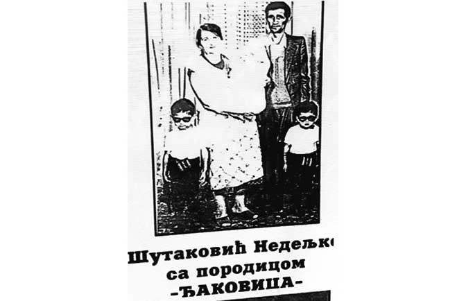 """Fotografija porodice Šutaković sa """"Srpskog zida plača"""" (Foto D. Ivanović)"""