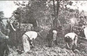 Seljaci kopaju svoje grobove pre ubijanja.