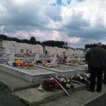 Ranka Balorda /76/ je danas na Vojničkom gorblju na Sokocu položila cvijeće na spomenik svog sina Radislava /30/ koji je poginuo 1993. na Ilijaškom ratištu na liniji u blizini rodnog sela.