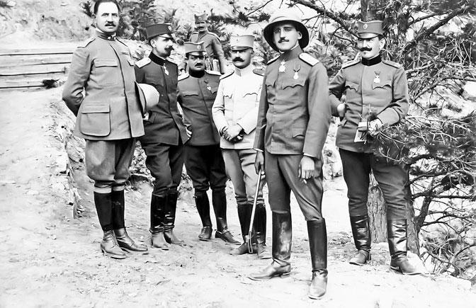 Regent Aleksandar sa oficirima u Velikom ratu