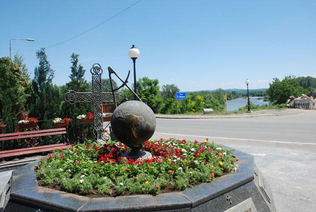 Spomenik NATO žrtvama kraj mosta u Varvarinu