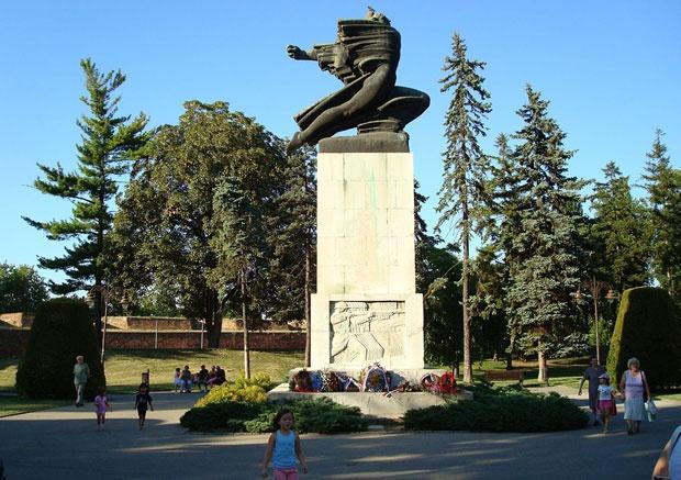 "Spomenik zahvalnosti Francuskoj na Kalemegdanu, Foto Dokumentacija ""Novosti"" i fotoarhiv ""Borbe"""