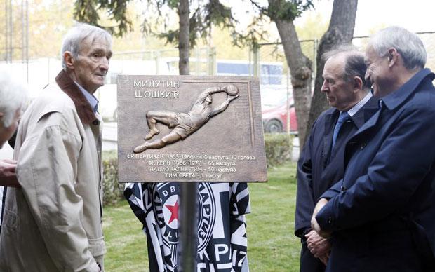 Milutin Šoškić, predsednik Partizana Milorad Vučelić i Ivan Ćurković na otvaranju terena koji nosi Šoletovo ime