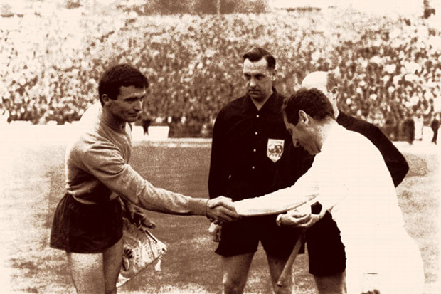Milutin Šoškić (Partizan) i Francisko Gento (Real Madrid) pred finale KEŠ, 11. maja 1966. u Briselu / Foto Arhiva Borbe