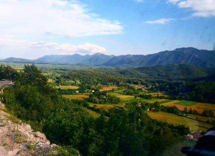 Krajolik oko područja logora Jadovno, pogled na Velebit