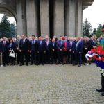 Zvaničnici Republike Srpske i Srbije, brojne delegacije i predstavnici organizacija proisteklih iz posljednjeg odbrambeno otadžbinskog rata položili su danas vijence na Centralno spomen-obilježje na Mrakovici povodom obilježavanja 76 godina od Bitke na Kozari.