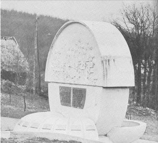 Žegar / Veliki Bubanj - spomenik 12 srpskih cura nastradalim od ustaškog terora 1941.godine (stari snimak)