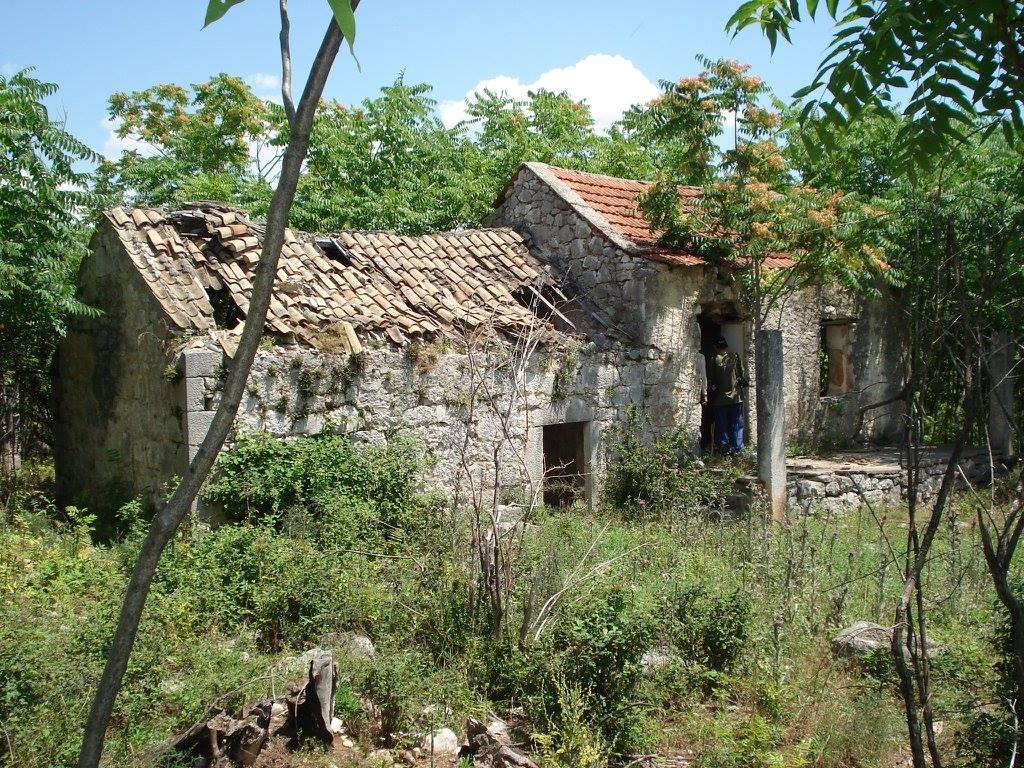 Ostaci kuće mučenika Jovice Medana (snimak iz 2007)