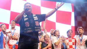 Марко Перковић Томпсон пева на дочеку хрватских репрезентативаца у Загребу