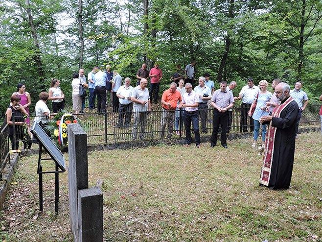 Polaganje vijenaca na spomen obilježje u Vurunama (Foto: RTRS)