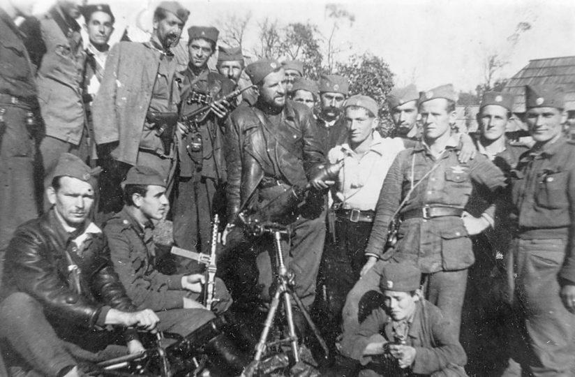 Komanda Zapadne Bosne prilikom obilaska Teslićke brigade Srednjobosanskog korpusa, oktobra 1944. u Čečavi. (Izvor: sajt Pogledi)