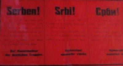 """Plakat iz maja 1941. godine. Ispod naslovom """"Srbi!"""", ispisanom na njemačkom i srpskom jeziku (latinicom i ćirilicom), piše da je zbog odmazde ubijeno 27 Srba u Sanskom Mostu."""