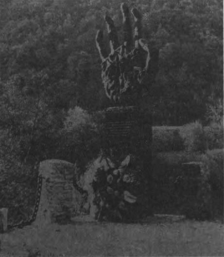 """Spomenik """"Crna ruka"""" kod Crnog jezera kojeg su uništili pripadnici tzv. Armije BiH"""