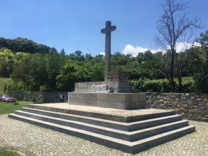 """Kosturnica na srpskom vojničkom groblju u Bitolju. Epitaf glasi: """"Slava hrabro palim junacima za kralja i otadžbinu u ratovima za oslobođenje i ujedinjenje 1912–1918"""". Ovo groblje, koje je završeno nekoliko godina pre početka Drugog svetskog rata imalo je jako tužnu sudbinu – kosturnica je isprva bila napravljena tako da bude otvorena. Nakon Drugog svetskog rata na groblju nije bilo nikakvih čuvara i ono je postalo stecište raznog polusveta – kockara, lopova, krijumčara, alkoholičara – koji su skrnavili grobove. Povrh svega, iz kosturnice su kradene kosti koje su makedonski studenti medicine koristili za učenje anatomije. Tek nakon nekoliko decenija komunističke vlasti su odlučile da postave ploču kojom je zatvorena kosturnica"""