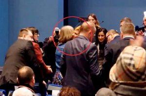 Predsednica Hrvatske ljubi se sa teroristkinjom Julijanom Bušić, ženom hrvatskog nacionaliste Zvonka Bušića (Prinskrin vidio Tviter)