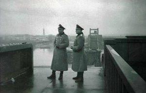 Gestapo oficiri u Beogradu. U pozadini se vidi logor Sajmište. Fotografija iz kolekcije Dušana Napijala