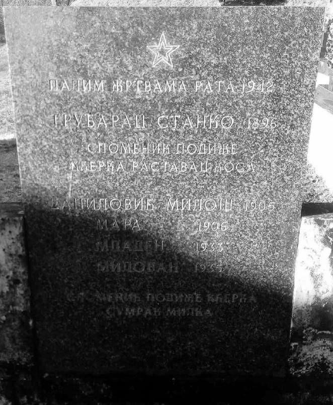 Spomen-ploča iznad grupne grobnice na groblju u selu Demirovac, koju je svojoj porodici podigla Milka Sumrak osamdesetih godina 20. vijeka