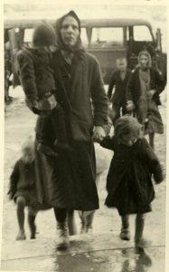 Srpkinja sa decom po dolasku u Jasenovac