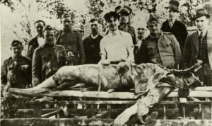 Ustaški krvnici pored tela ubijenog industrijalca iz Siska Miloša Teslića