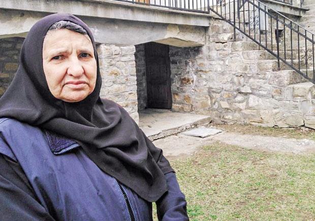 Mati Anastasija u porti manastira