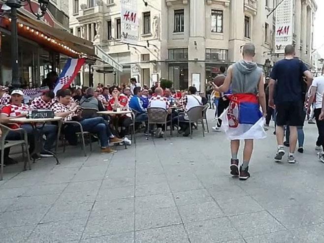 Ušetao među hrvatske navijače sa zastavom Srbije Foto: Index.hr