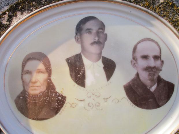 Slike Vladetine majke, oca i dede na njihovom grobu