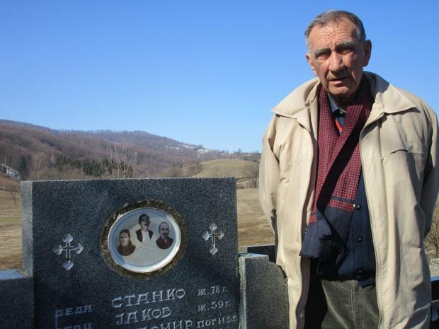 Vladeta Ponjavić uz grob oca, dede i majke - Foto M. Bošnjak