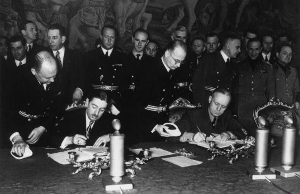 Dragiša Cvetković i Joahim fon Ribentrop potpisuju bečki protokol 25. marta 1941.