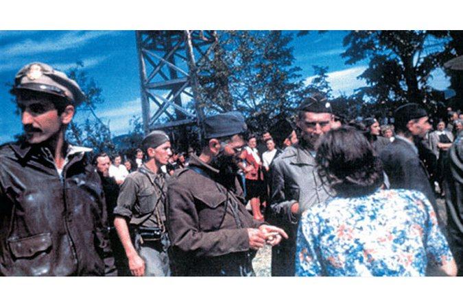 Dragoljub Mihailović sa spašenim američkim pilotima u Pranjanima 1944. godine (Foto Vikimedija)